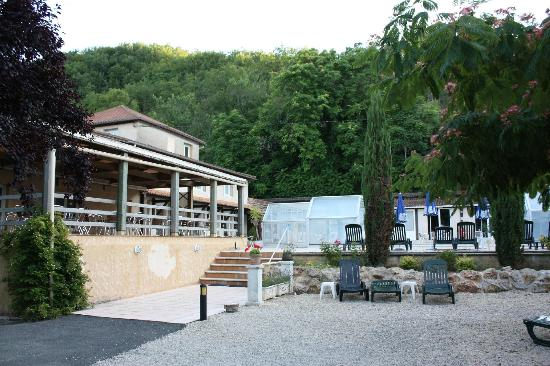 Auberge de la Petite-Reine: exterieur bar piscine