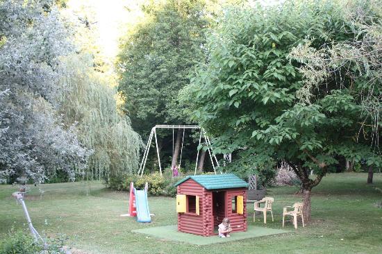 Auberge de la Petite-Reine: jardin jeux pour enfants