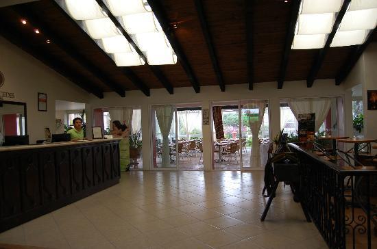 Hotel Villa Mercedes: ingresso e giardino