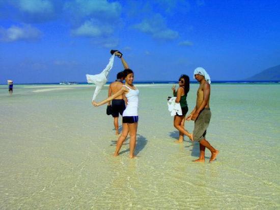 Karimun Jawa, Indonesia: pasir sangat putih yang dikelilingi oleh karang dan air pirus.