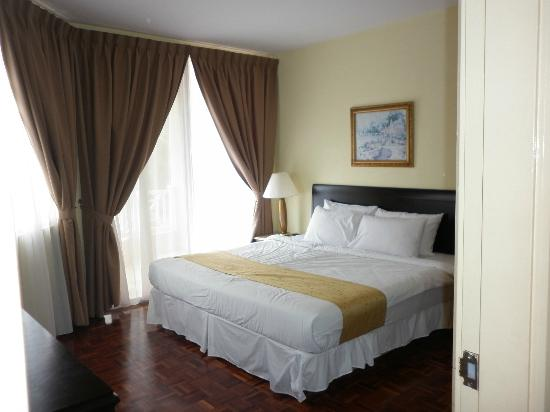 Bandar Penawar, Malaysia: Nice and comfy bed with 4 pillows.