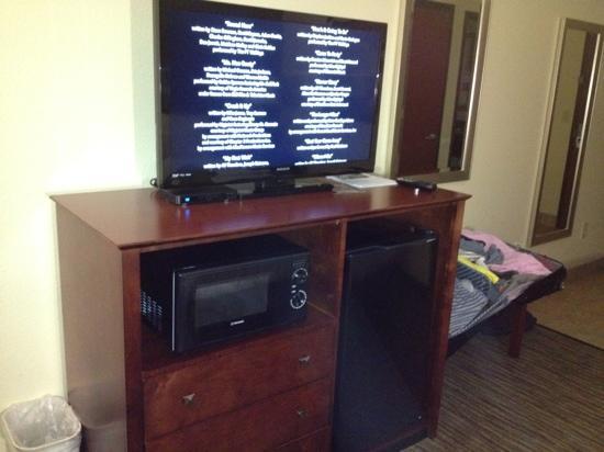 هوليداي إن إكسبريس آند سويتس ويثيفيل: well equipped with fridge microwave and big tv
