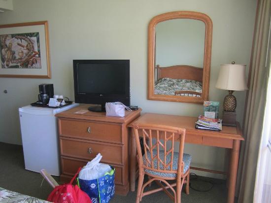 Ohana Waikiki West: Dresser, TV and fridge