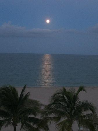 Native Sun Resort: Moon rise from our hotel balcony
