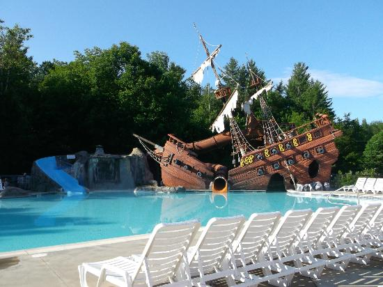 Moose Hillock Campground: La piscine et son bateau de pirates