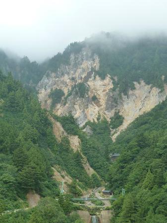 Yonezawa, Jepang: 姥湯遠景 真ん中下あたりに宿が