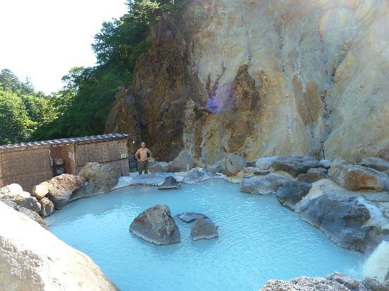 Ubayu Onsen : 露天風呂と岩壁