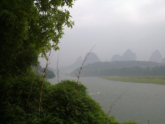 River View Inn: View of Li River in front of hotel - lovely