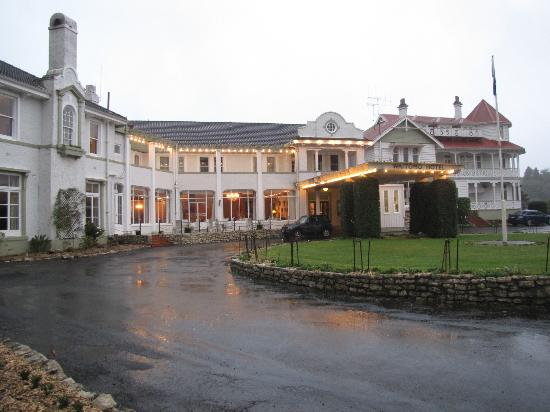Waitomo Caves Hotel: Drive on up!