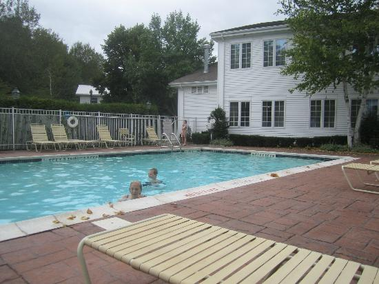 The Copperfield Inn Resort: pool area