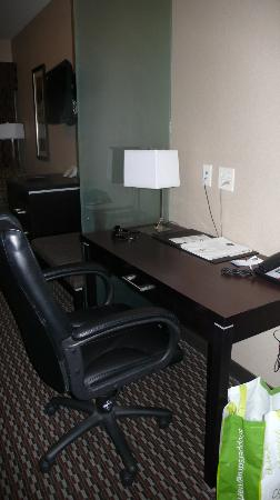 Comfort Suites Kelowna: Desk Area