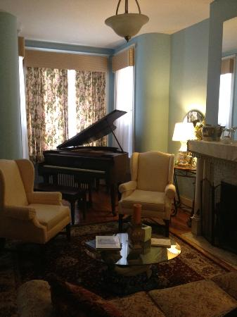 Asante Sana Guest Quarters: The parlor room with piano on the main floor