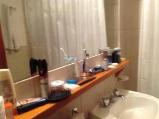 Club Hotel Catedral: Bathroom on 5-pax suite