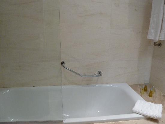 Barcelo Granada Congress: Tub/shower