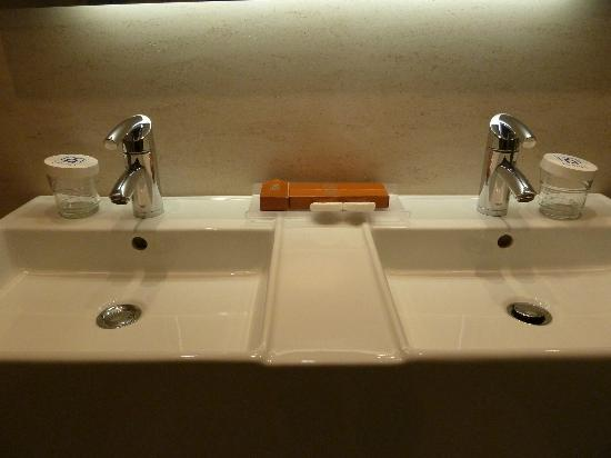 Barcelo Granada Congress: Double sink in bathroom