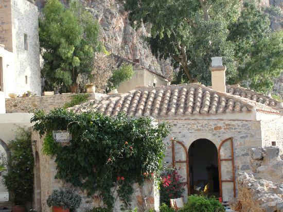 Monopati Residence: back terrace