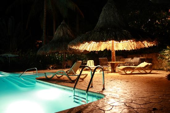 Villas Pico Bonito: Pool at night