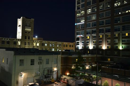 Courtyard Little Rock Downtown: Night view from the parkade