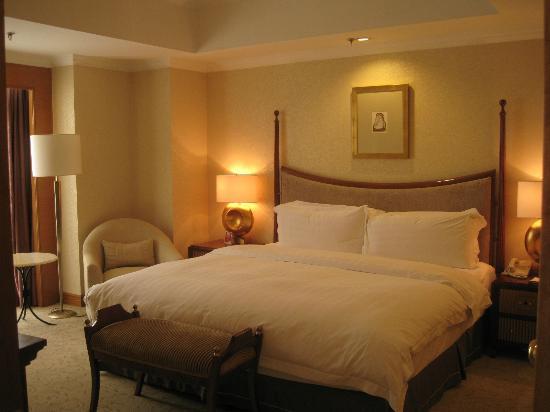 Crowne Plaza Qingdao: クラブルームのベッドルーム