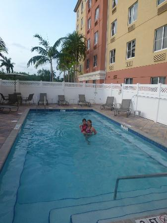 BEST WESTERN PLUS Fort Lauderdale Airport South Inn & Suites: En la Piscina