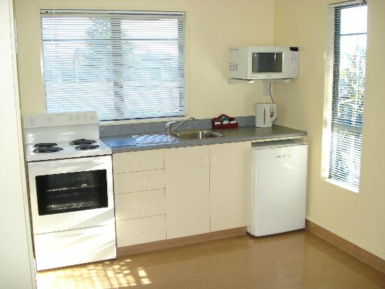The Peaks Motor Inn : One bedroom kitchen