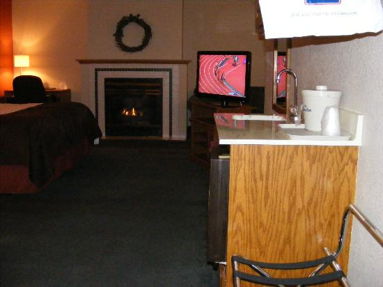 AmericInn Lodge & Suites Albert Lea : Fireplace with TV and a sink