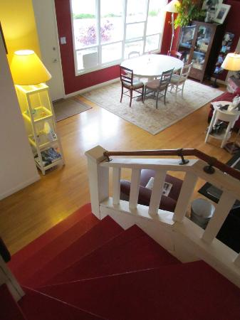 Trinidad Bay Bed & Breakfast: The stairs coming down to breakfast