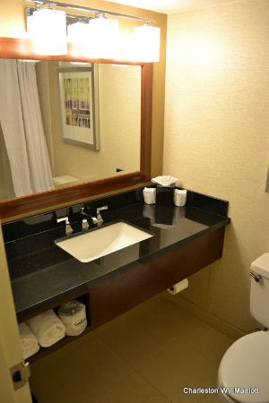 تشالرستون ماريوت تاون سنتر: Bathroom - updated picture, mirror, sink and hardware