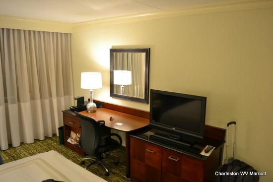 Charleston Marriott Town Center: Updated furniture/TV