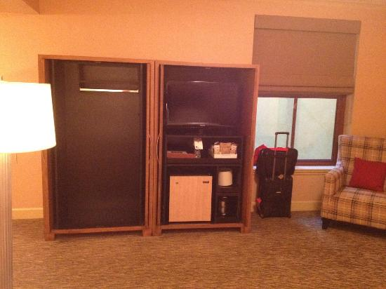 Four Points by Sheraton San Jose Downtown: TV, armoire