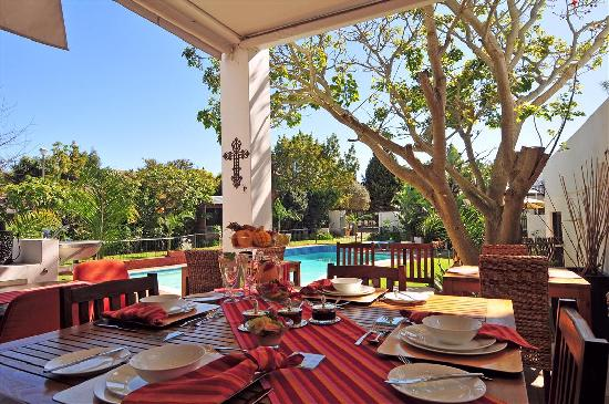Cape Pillars Boutique Hotel: Patio area with swimming pool view