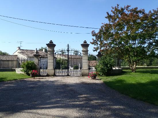 Chateau St Jacques Calon: Entry gates to the chateau