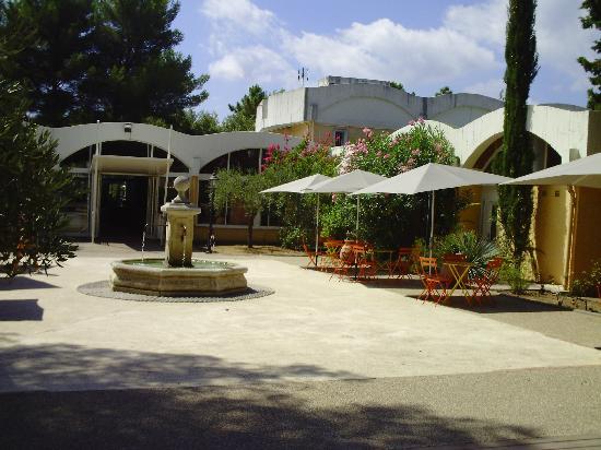 Belambra Clubs - Les Jasmins: place de la fontaine (accueil, resto, bar....dans le batiment)
