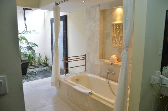 The Buah Bali Villas: Largest bathroom I've found in my travels