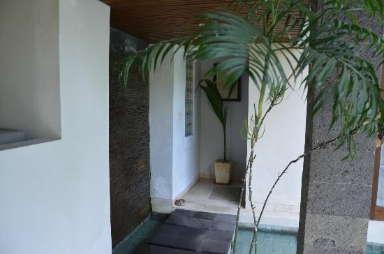 The Buah Bali Villas: Entrance with wall waterfall to Bedroom
