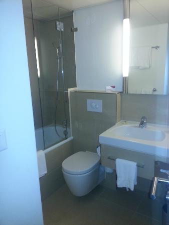 Crowne Plaza Zurich: The bathroom w a tub for soaking