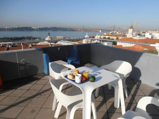 Lisb'on Hostel: Breakfast on the terrace