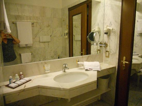 salle de bains photo de grand hotel trento trento tripadvisor. Black Bedroom Furniture Sets. Home Design Ideas