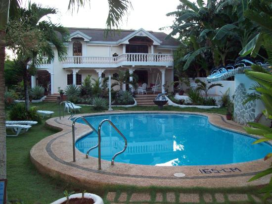 Flower Garden Resort: Pool and Owners' House