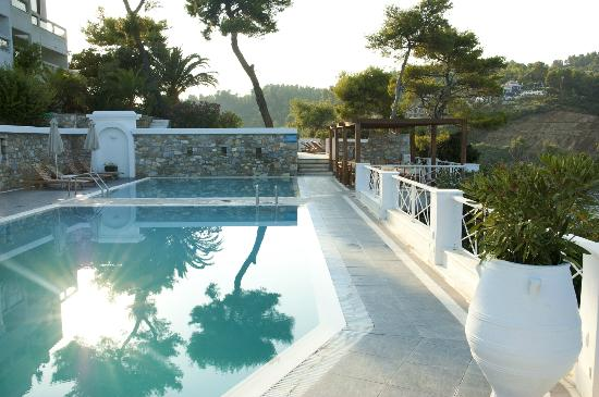 Cape Kanapitsa Hotel & Suites: Wonderful pool area