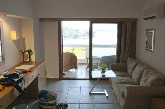 Cape Kanapitsa Hotel & Suites: Room, large sofa, beautifully furnished