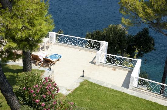 Cape Kanapitsa Hotel & Suites: Sunbed area