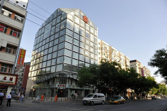 Wangfujing Ocean Hotel : Street view of Ocean Hotel.