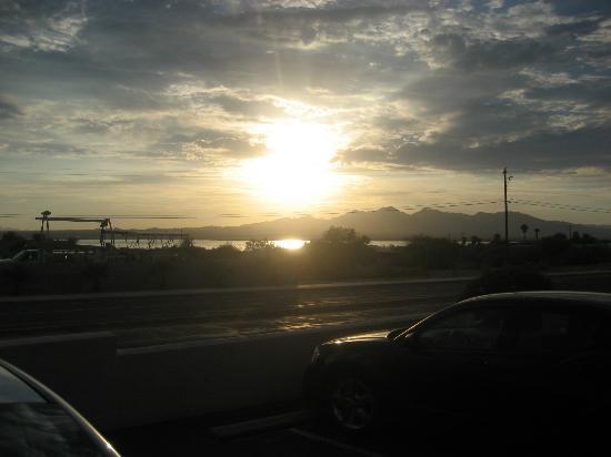 Lake Havasu Travelodge: Sunset from the carpark