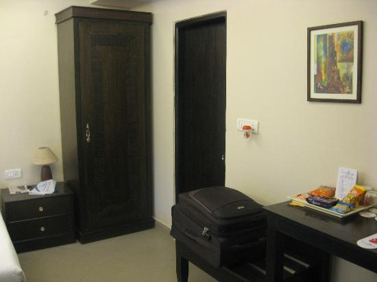 The Baga Marina Beach Resort & Hotel : Our room - Junior Suite - wardrobe