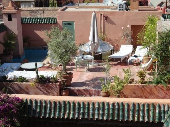 Riad Safar: Terrasse du riad, avec bains de soleil et petite piscine.
