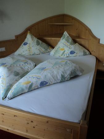 Park Hotel Villa Etschland: letto con i tipici piumini tirolesi
