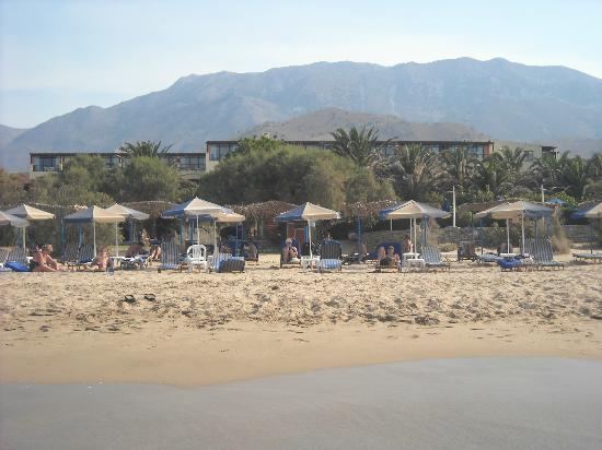 Mare Monte Beach Hotel: arriere hotel vue plage