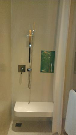 Hotel Baraquda Pattaya - MGallery by Sofitel: shower