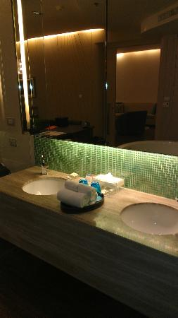 Hotel Baraquda Pattaya - MGallery by Sofitel: Two sinks - so good